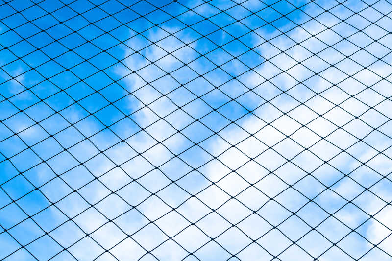 蓝天白云下的足球网
