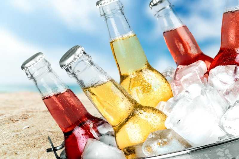 沙滩上的冰镇瓶装苏打水