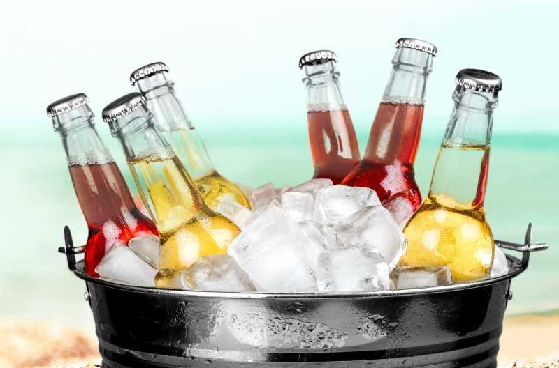 瓶装苏打水与冰块