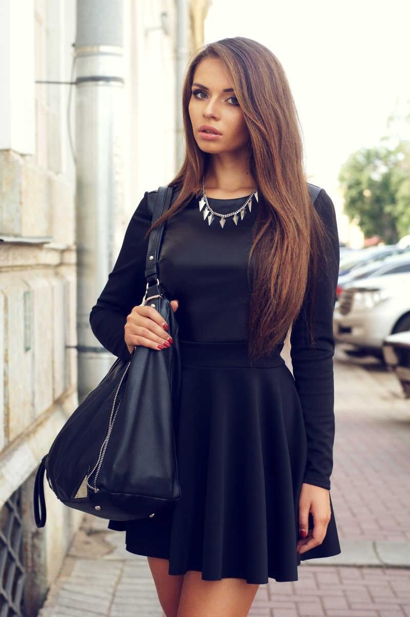 穿着黑色连衣裙的街边美女