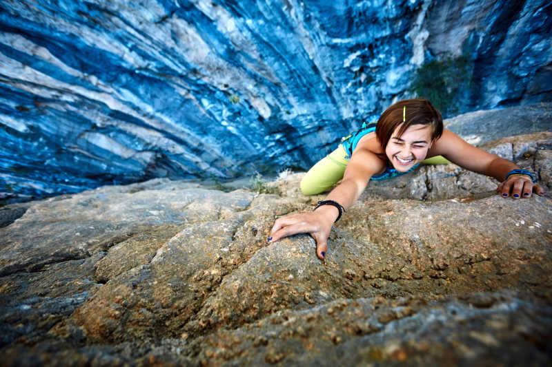 攀岩的女孩