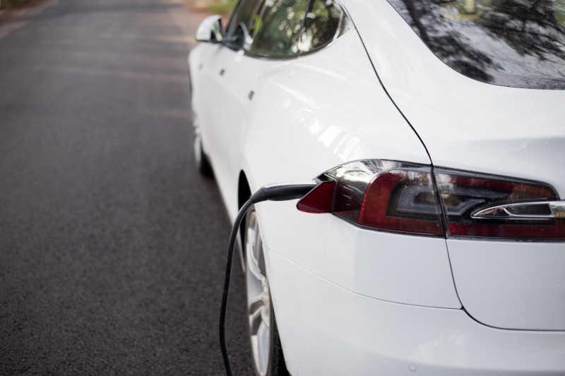 马路边白色电动汽车在充电