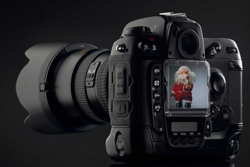 黑色背景下给圣诞老人拍照的相机