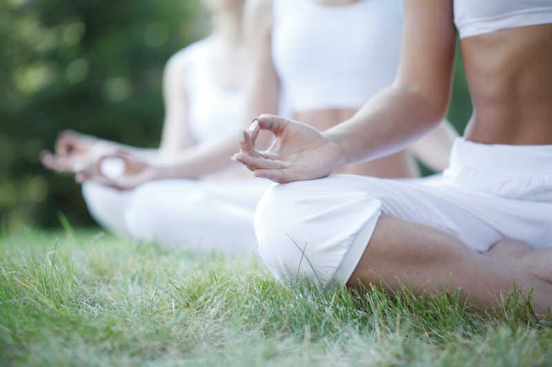 人们在练习瑜伽