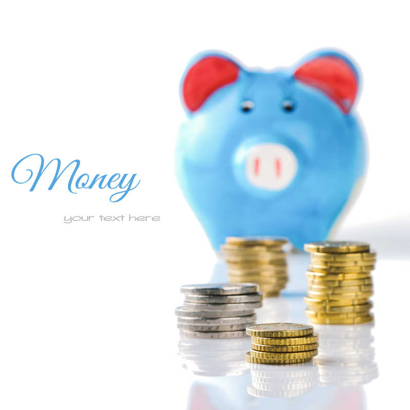 白色背景下的小猪造型的存钱罐和硬币