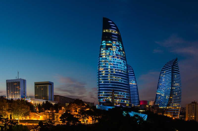 日出-日落背景下阿塞拜疆的火焰塔大楼特写