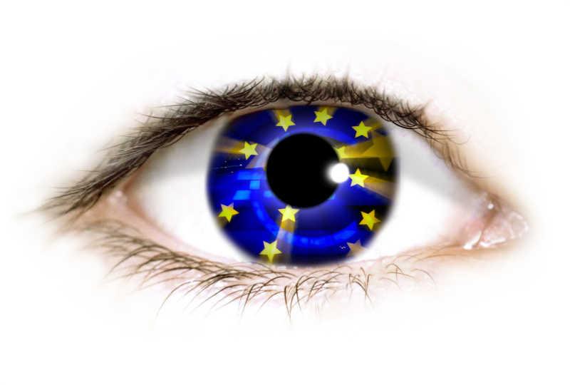 白色背景下蓝色瞳孔的眼睛