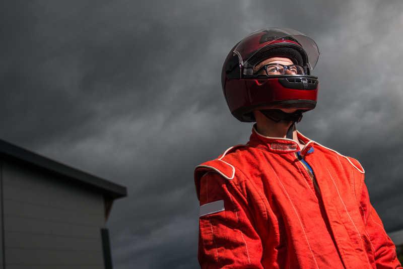 带着赛车头盔的赛车手