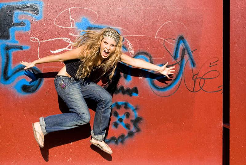 时髦的青少年与涂鸦