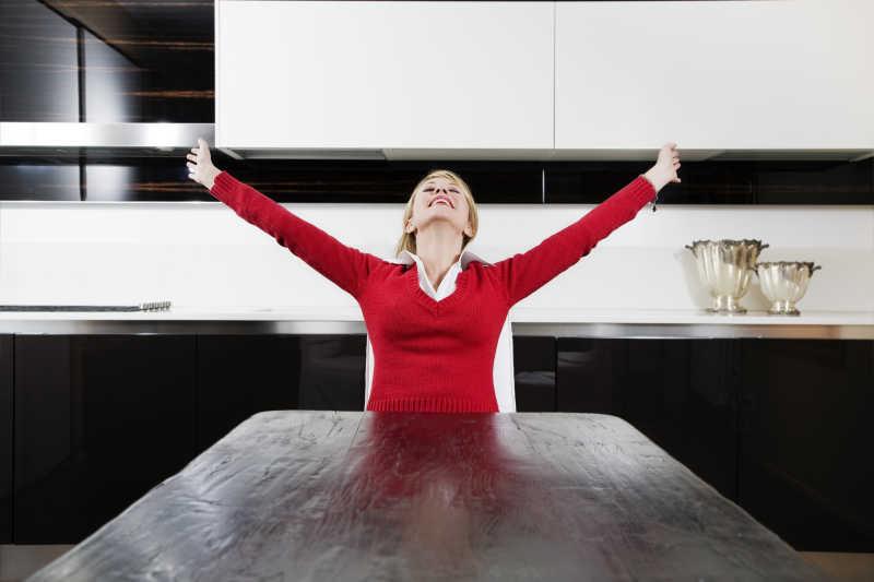 家庭生活享受闲暇时光的女人