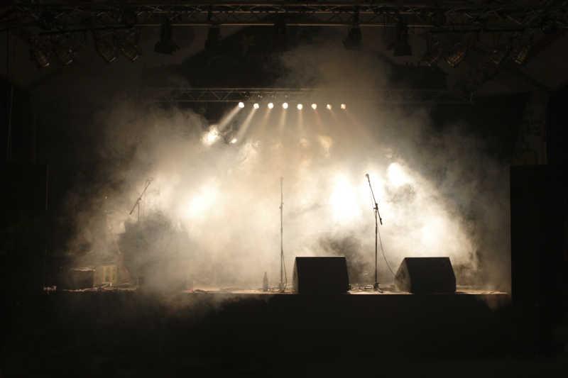 具有灯光和烟雾的舞台