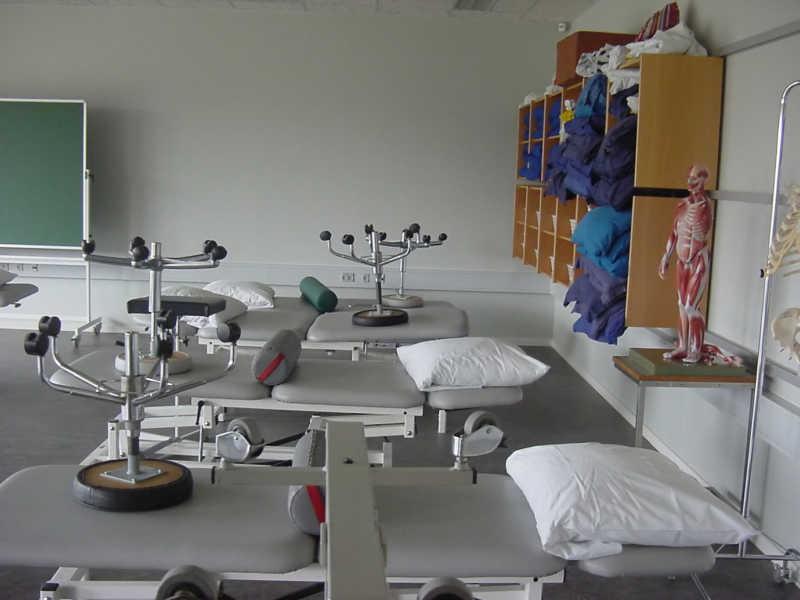 医院房间的医疗床和医疗器材