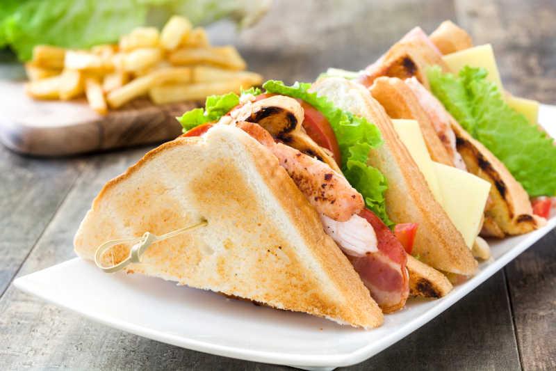餐桌上的美味三明治