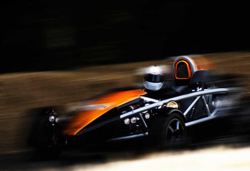 快速行驶的赛车
