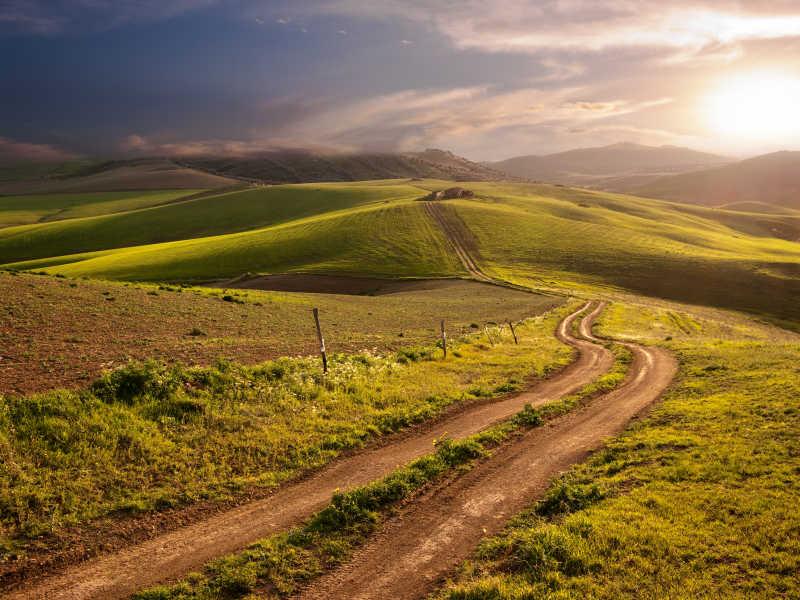 乡间小路蜿蜒的小路