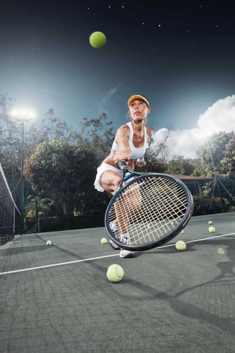 夏日环境中年轻女子打网球