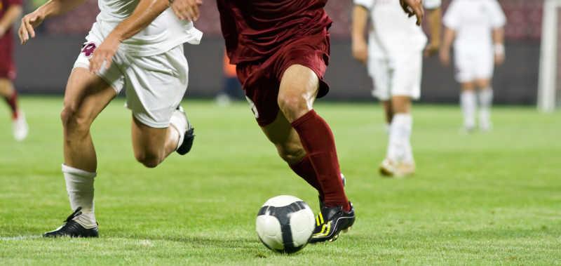 追逐球的足球运动员