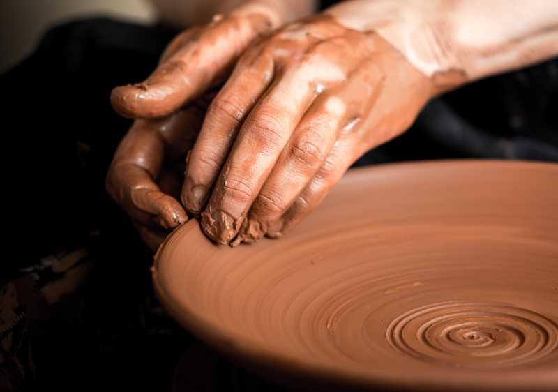 正在制作手工陶瓷的手