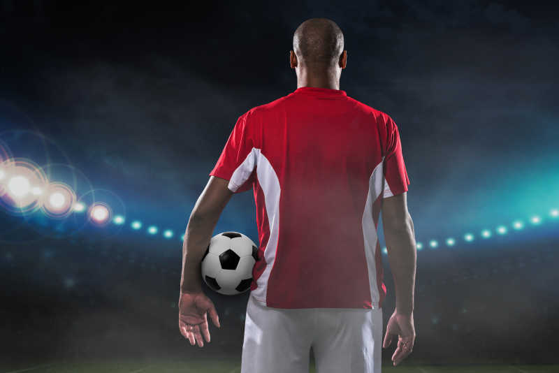 球场上足球和球员的背影