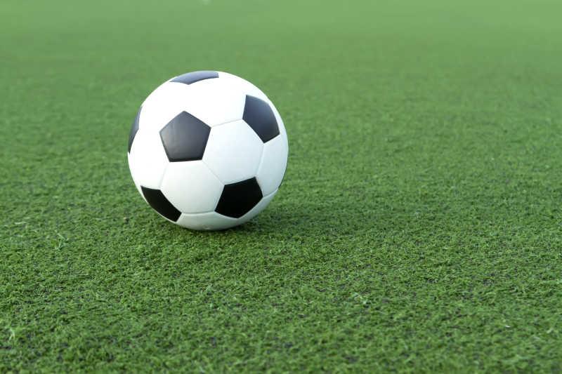 绿色草坪上的足球
