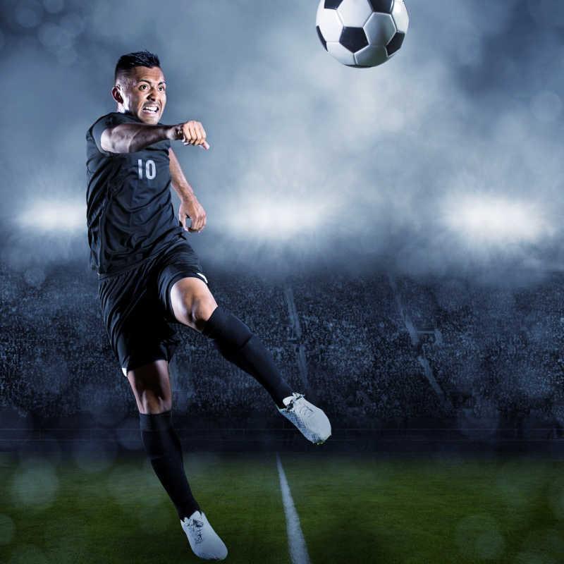 足球运动员在大型体育场踢球
