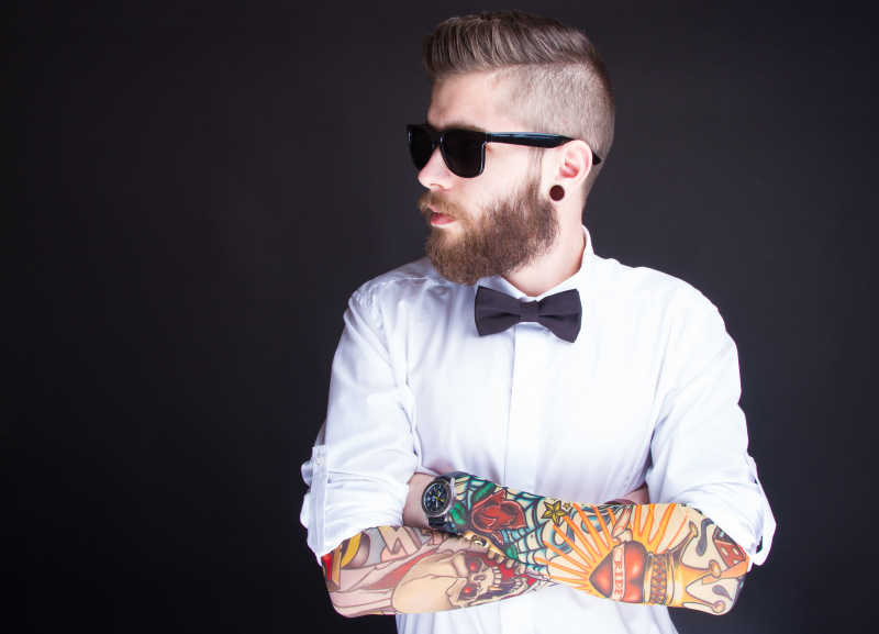 年轻的时尚潮男穿白衬衫