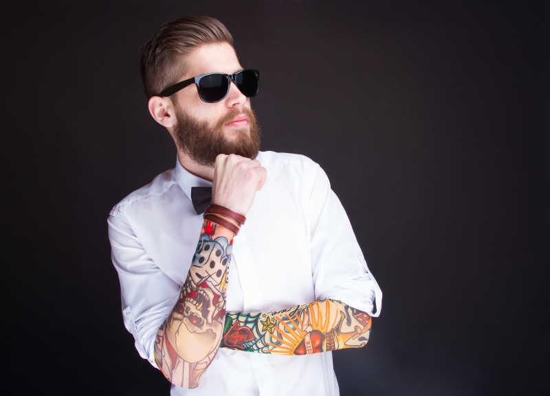 年轻的时尚潮人穿白衬衫