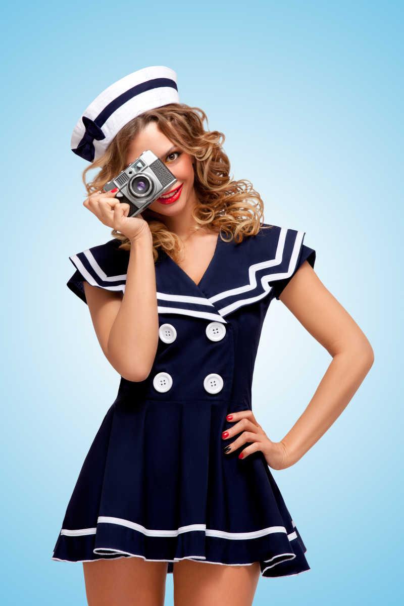 一位迷人的水手女孩的写真