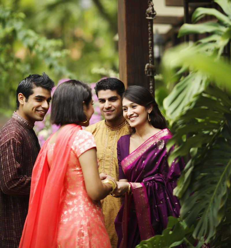 绿色背景下的印度男女交友会客