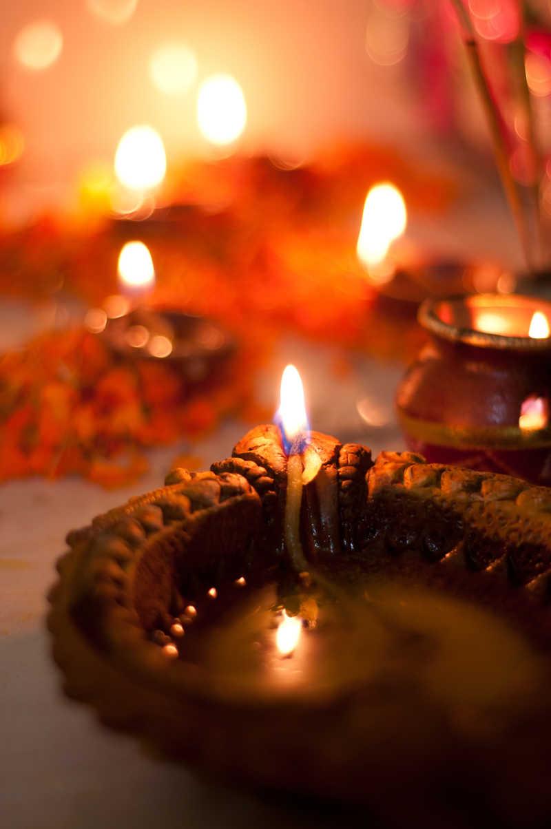 印度仿古灯点燃烛光