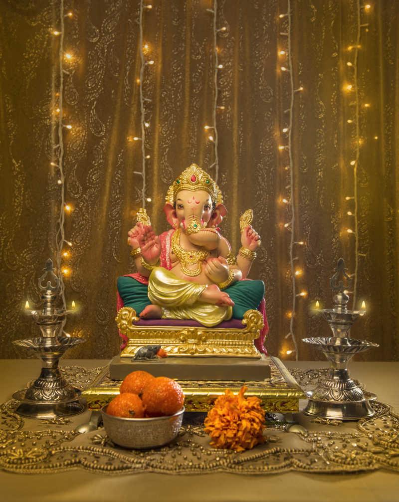 印度甘尼萨像华丽的灯排装饰和贡品