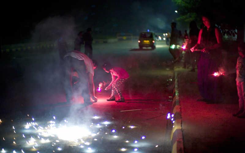 印度排灯节的蜡烛小孩子点燃烟花