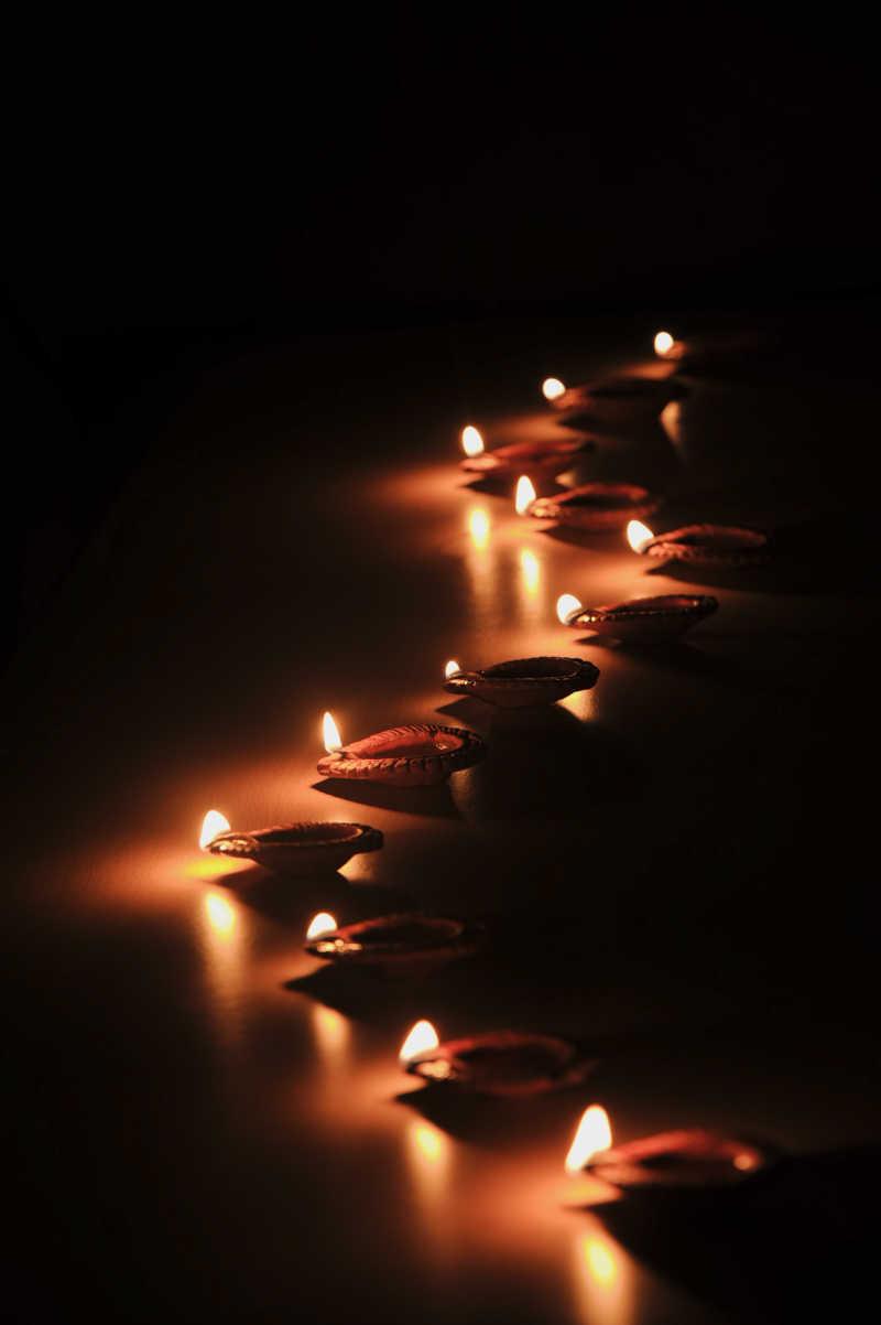 点燃的蜡烛造型