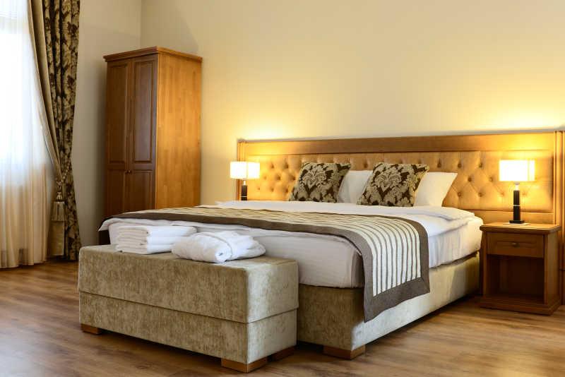 旅馆内的床和室内装饰