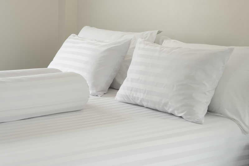 床和白色的枕头被子