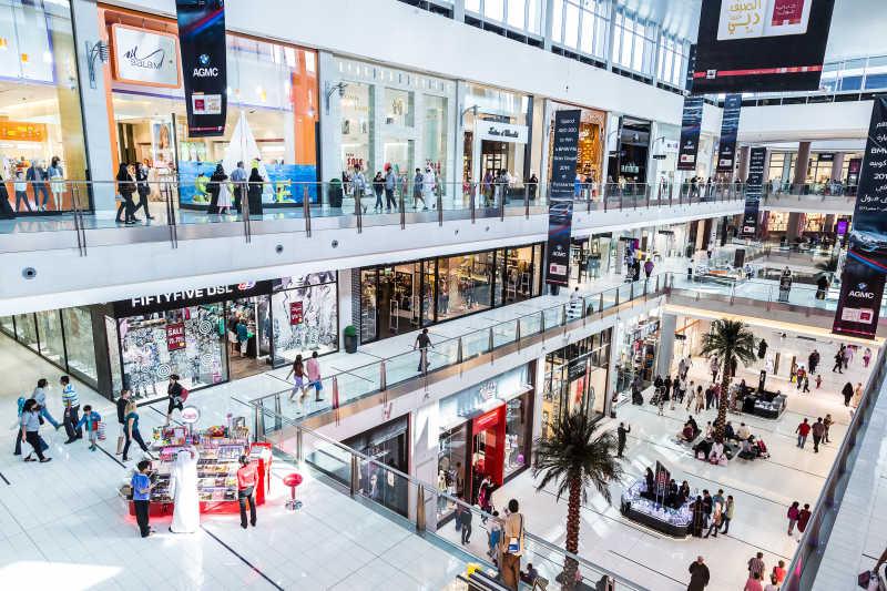 在迪拜购物中心的购物者