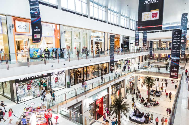 在迪拜购物中心购物的购物者们