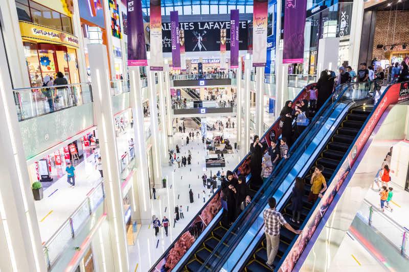 在迪拜购物中心购物的购物者