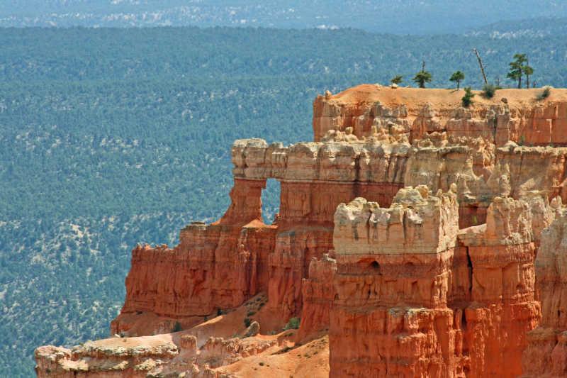 悬崖岩石壮丽风景