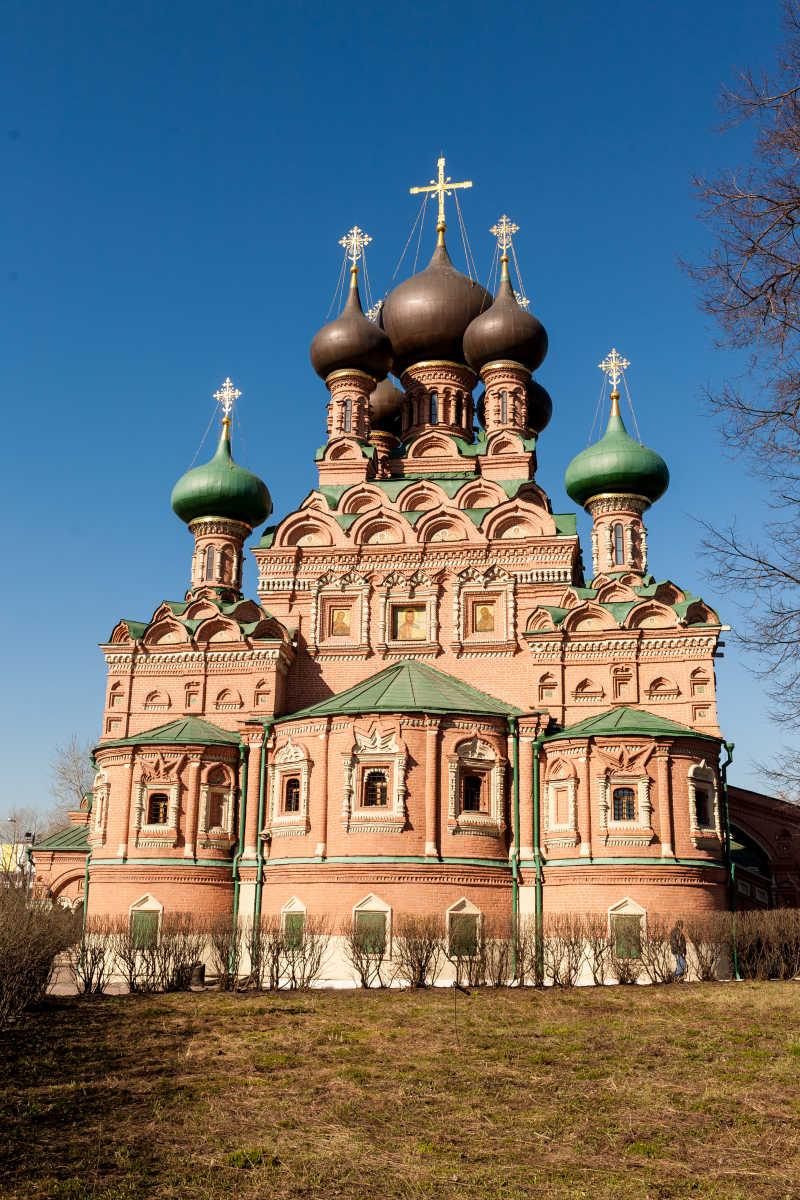 蓝天下的俄罗斯风格教堂