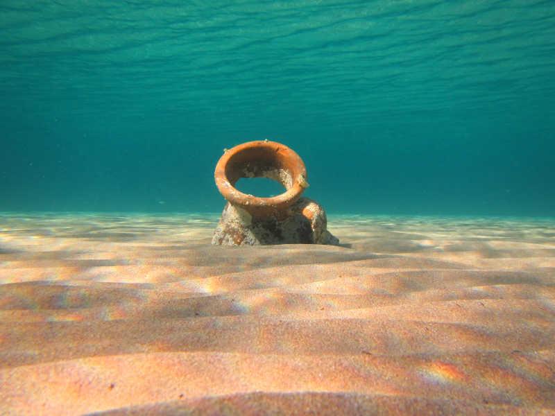 海水下的老旧容器