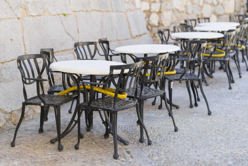 户外餐厅的桌椅