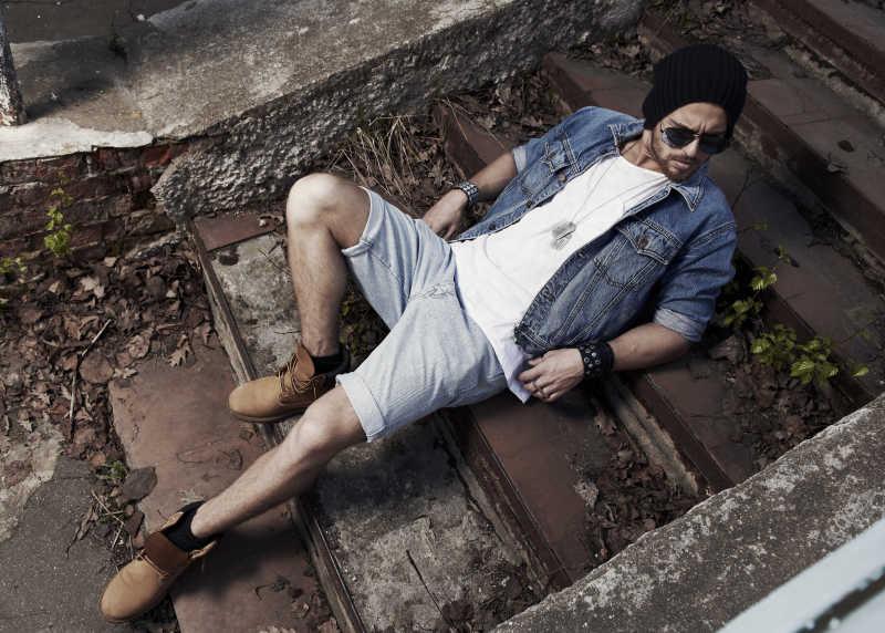 躺在台阶上时尚魅力男人