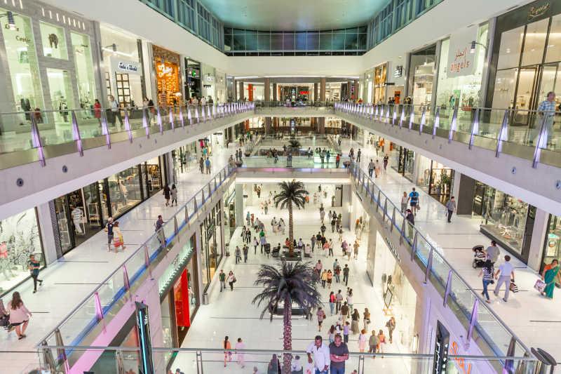满是人的迪拜购物中心