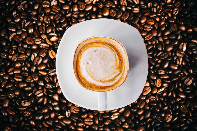 放在咖啡豆上的拉花咖啡