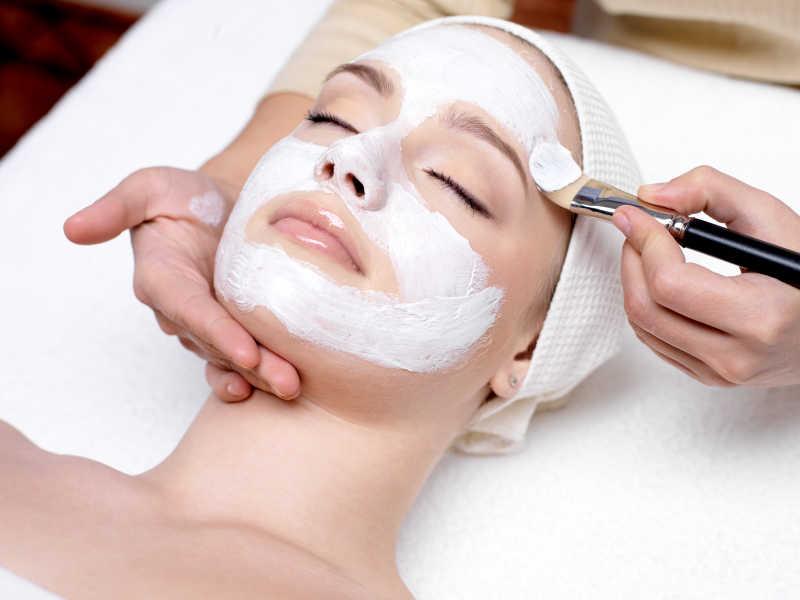 在美容院护理皮肤的女人