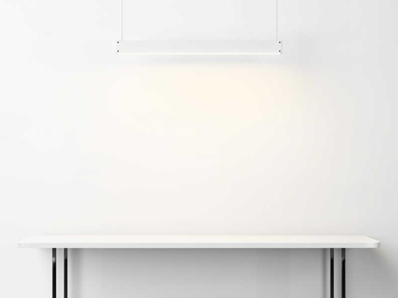 白色桌子和日光灯