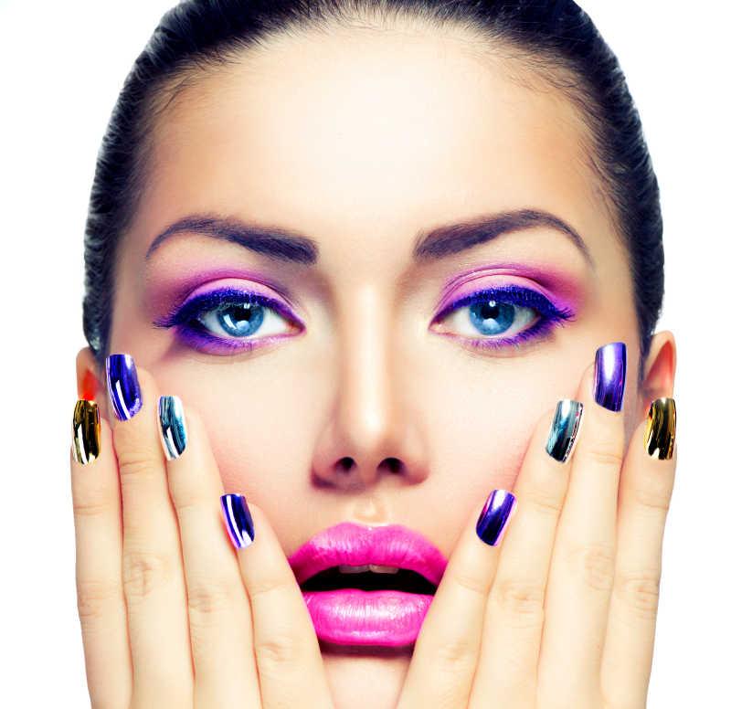 涂着紫色妆容的女孩