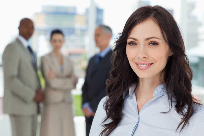 在镜头前露出笑容的行政女性