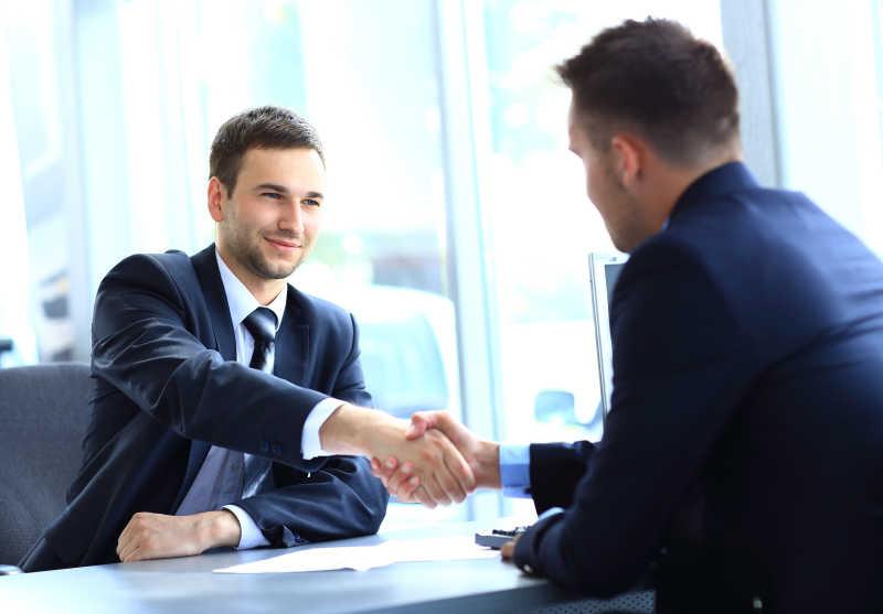 商人与合伙人握手以达成协议